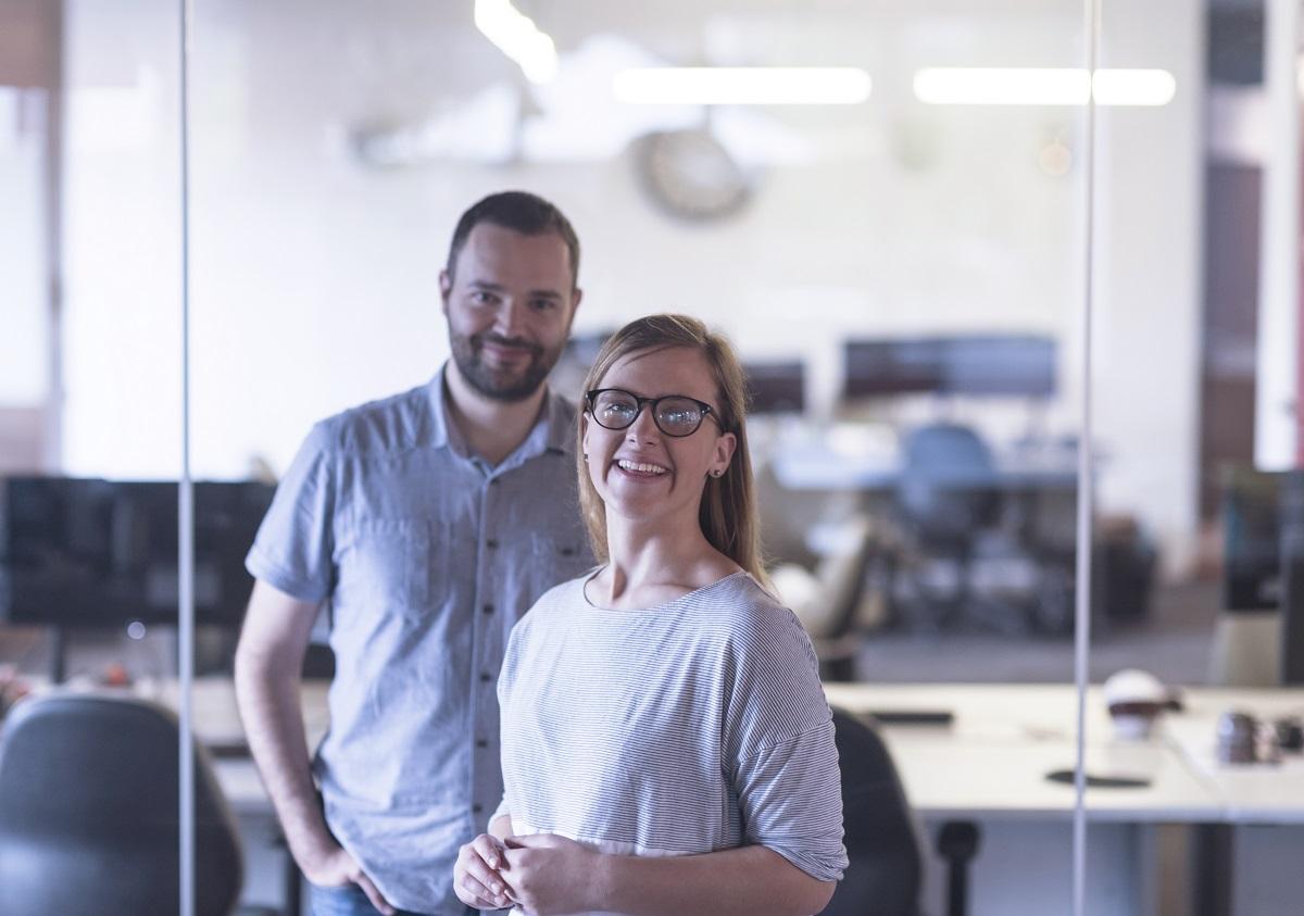 дигитализацията на бизнеса млада двойка обмислят ваучерната схема